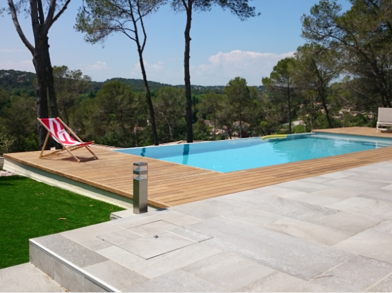Construction d 39 une piscine d bordement et am nagements for Cout piscine a debordement